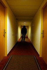 Gestalt in Hotelflur