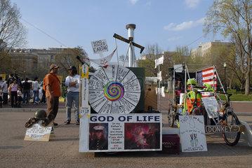Proteststand hinter Weisses Haus  Washington D.C.. United States of America  Vereinigte Staaten von Amerika  USA