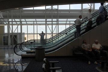 Menschen warten auf Flughafen