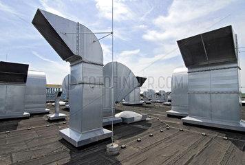 Klimaanlagenaustrittsoeffnungen auf Industriehallendach
