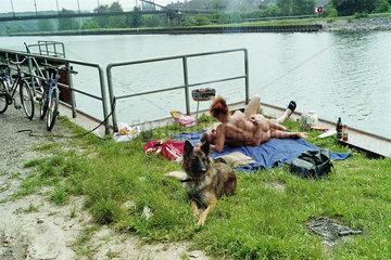 Sonnenbad zu zweit am Rhein-Herne-Kanal