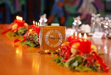 weihnachtlich geschmueckter Kabinettstisch