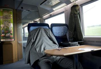 Schlafender Mann im Zug