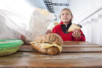 Kind mit Brot