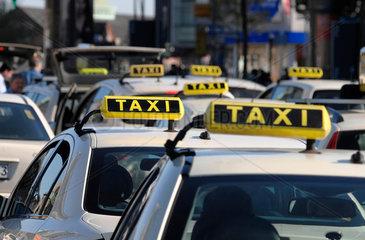 Taxis warten vor Bahnhof