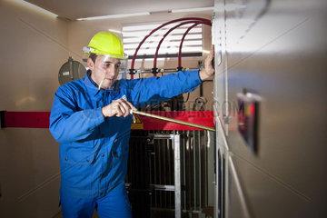 Monteur repariert Stromverteilerkasten