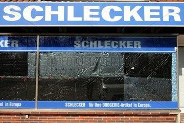 Die Fenster einer Schlecker-Filiale in Oldenburg sind am Samstag 24.03.2012 zugeklebt. Die Drogeriekette hat bekannt gegeben  rund die Haelfte der 7.500 Filialen in Deutschland zu schliessen.