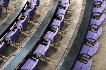 Leere Stuehle stehen am Mittwoch 04.04.2012 im Bundestag in Berlin. Seit 1999 tagt der Deutsche Bundestag in Berlin.