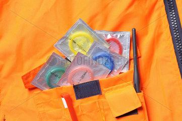 Verpackte Kondome in Tasche einer Arbeitsschutzjacke