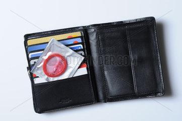 Verpacktes Kondom in Portemonnaie
