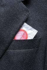 Verpacktes Kondom in Sakko-Tasche