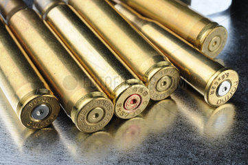 Gewehrpatronen auf Stahlplatte