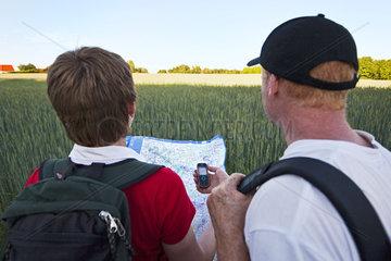 Wanderer navigieren mit Karte und GPS Handy