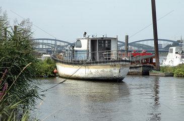 selbst gebautes Schiff an der Hamburger Oberelbe