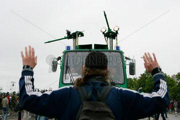 Demonstration gegen G8-Gipfel: friedlicher Demonstrant will Wasserwerfer aufhalten