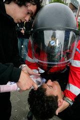 Demonstration gegen G8-Gipfel: Verletzter Demonstrant erhaelt Augenspuelung nach Reizgas-Angriff aus naechster Naehe