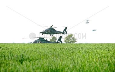Protest gegen G8-Gipfel: Hubschrauber der Bundespolizei landen auf freiem Feld  um G8-Demonstranten einzukesseln