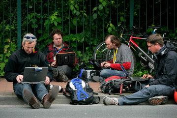 Demonstration gegen G8-Gipfel: Pressefotografen ueberspielen erste Bilder an Agenturen