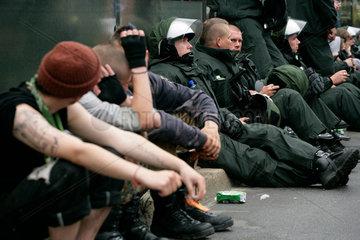 Demonstration gegen G8-Gipfel: Erschoepfte Demonstranten und Polizisten friedlich am Strassenrand