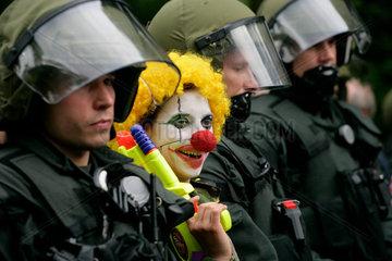Demonstration gegen G8-Gipfel: Clown und Polizei