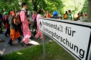 Protestmarsch zur Bundesanstalt fuer Zuechtungsforschung