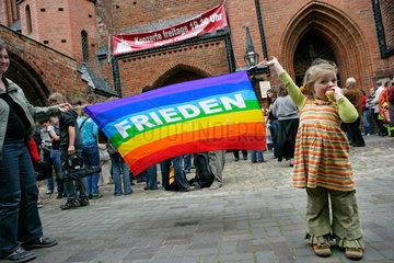 Friedensgottesdienst im Muenster von Bad Doberan: Kleines Maedchen mit Friedensflagge
