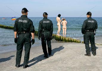 Nackter Protest gegen G8-Gipfel Heiligendamm