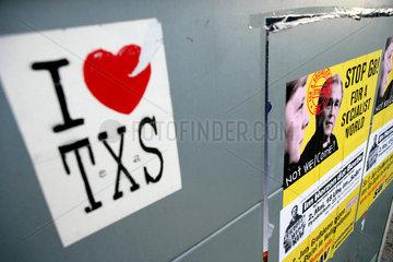 Anti-G8-Plakat samt Gegen-Aufkleber pro (!) Texaner Georg W. Bush