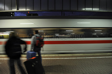Bahnsteig mit ICE bei Nacht