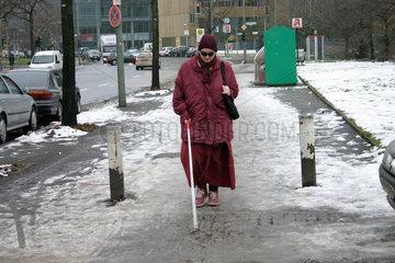 Blinde Frau auf der Strasse