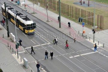 Eine Strassenbahn faehrt am Donnerstag 05.04.2012 durch die Bernauer Strasse in Berlin.