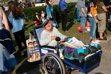 eine Behinderte Frau Verkauft die Zeitung Querkopf