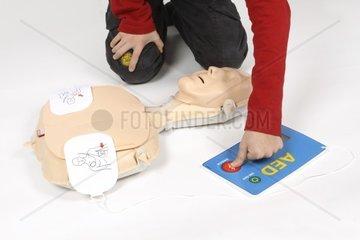 Erste Hilfe Kurs  Uebungsdefibrillator