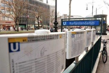 U-Bahn-Fahrplaene sind am Donnerstag  05.04.2012  am Berliner U-Bahnhof Kurfuerstendamm montiert