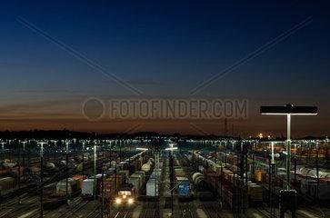 Gueterbahnhof bei Nacht