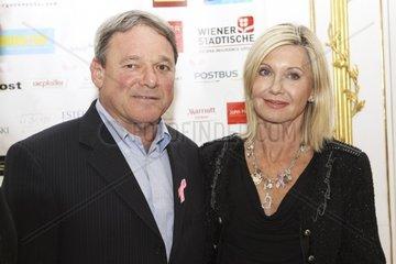 Dr. Ernie Bodai  Internationaler Brustkrebsexperte  Erfinder der Pink Ribbon Briefmarke und Olivia Newton-John  Popstar bei der Pressekonferenz anlaesslich der Pink Ribbon 2010 am 30.09.2010 in Wien.