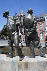 Brunnenfiguren am Brunnen Kreislauf des Geldes  im Hintergrund der Aachener Dom  aachen  Rheinland  Nordrhein westfalen  Deutschland  Europa