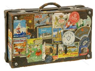 alter Koffer mit Hotelaufklebern  um 1931