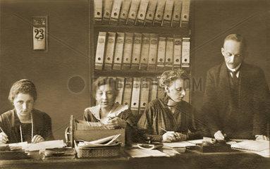 Buero  Chef  Mitarbeiterinnen  1918