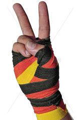 Victory-Zeichen  Hand mit schwarz-rot-goldenem Verband  Symbol Aufschwung