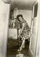 Hausfrau beim Kellerputzen  um 1958