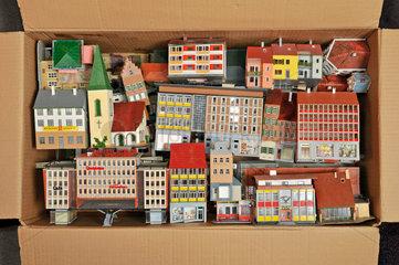 alte Faller-Haeuschen in einer Kiste