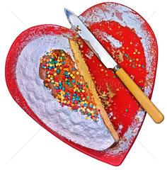 halbierter Kuchen in Herzform