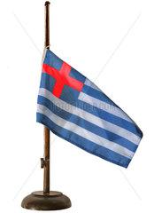 griechische Flagge auf Halbmast mit Rotkreuzflagge  Symbol Krise