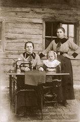 Frauen an der Naehmaschine  um 1915
