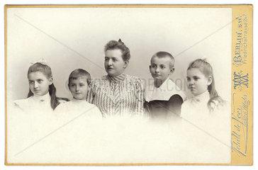 Mutter mit Kindern  1904