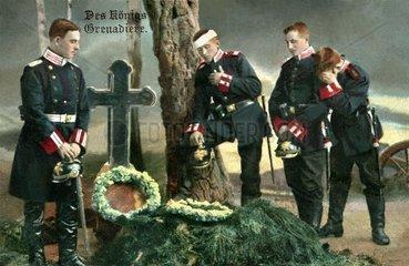 Soldaten am Grab 1915