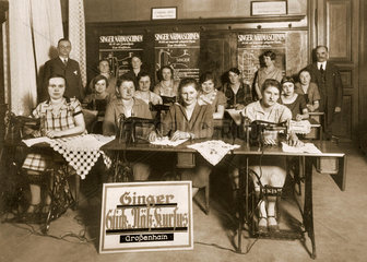 Frauen beim Stick- und Naehkurs  um 1925
