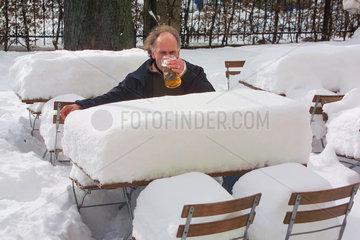 Biergarten versinkt im Schnee  Muenchen