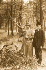 Paar mit Hirsch bei Waldspaziergang  1926